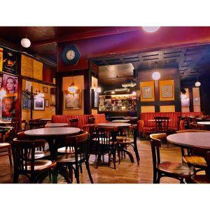オーストリア🇦🇹 ウィーン カフェ ハヴェルカ 僕がウィーンで一番好きなカフェCafé Hawelka。 1936年に創業され、戦前戦後を生き抜いてきた伝説的なカフェとされています。 芸術家のたまり場とも言われており、創業当時から改装を行っていない店内からは、歴史的な芸術家や文学者が議論を交わした面影を感じることができます。 このカフェのソファーでゆったりとしながら店内を見ていると、数々の芸術家と話をしているような気がして、訪れるたびに「頑張ろう!」と思わせてくれる僕にとってとても大切な場所です。 おうちで飲むコーヒーもいいけど、落ち着いたらまたこの空気の中で時間を過ごしに行きたいものです。 Café Hawelka