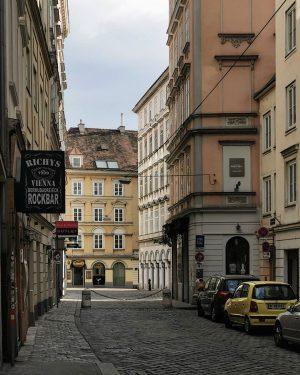 Verschachtelt #wien#vienna#innerestadt #austria#bermudadreieck #richys#wiennurduallein #igersvienna#igersaustria #wieninzeitenvoncorona #streetsofvienna#meinwien #stadtwien#vienna_austria #wiennurduallein#unserwien #fensterdienstag#wienliebe #fassadenliebe#facades #viennaclassics#visitvienna #unterwegsinwien #windowtuesday