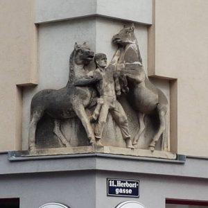 Herbortgasse/Grillgasse. Hans Fuhry Hof. Rossebändiger von Inheborg Keppler aus 1955. Gesehen bei einer Tour mit @viennarobyourguide #raufschauen...