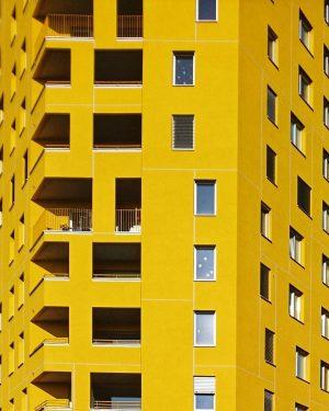 Und das gelbe Haus allein #architecture #vienna #austria #wien #österreich #vienna_austria #nurderschönheitwegen #youshouldbettereatarchitecture #wiennurduallein #wohnhaus #housing #igersvienna...
