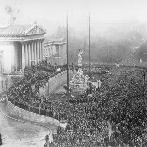 1918 wird Österreich eine demokratische Republik. Gewählte ParlamentarierInnen übernehmen die Macht und setzen Signale: Frauen dürfen sich...