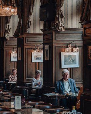 𝘚𝘰𝘯𝘯𝘵𝘢𝘨 ☕ ____ #leicacamera #leicaworld #leicam10p #streetsineurope #leicaphotography #90mm #cafehouse #vienna_austria #wien #vienna Cafe Schwarzenberg