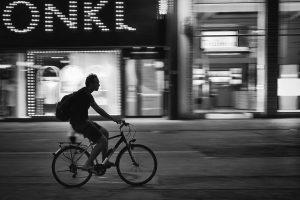 #strassenfotografie #streetphotography #schwarzweiss #schwarzweissfotografie #blackandwhite #blacknwhite #blackandwhitephotography #menschen #people #peoplephotography #work #geschäft #business ...