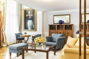 Zeitlose Eleganz Timless Elegance In our state-of-the-art suites, history meets style and elegance. ...