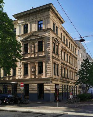 Bissi Italia #wien#vienna#austria #josefstadt#igersvienna #igersaustria#vienna_austria #architektur#archilovers #italianstyle#stileitaliano #wienliebe#wiennurduallein #wiendubistsoschön #meinwien#unserwien #streetsofvienna#stadtwien #wienmalanders#facades #viennagoforit#fassadenliebe #wienerecken #unterwegsinwien