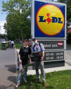 Vor dem Künstlergespräch mit Kolja Reichert noch kleine Privatführung durch Hirschstetten. Ergebnis dann ...