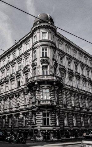 Memories 🇦🇹 #vienna #vienna_austria #architecture #streetarchitecture #vienatravel #travelgram #photoofthetrip #photoofarchitecture #building #instaartchitecture #instaphoto #blackandwhite #travel #memories