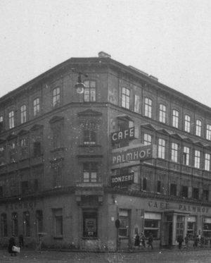 (1920-1930/Foto © Privatsammlung Kinsky/@jewishmuseumvienna)Das Café Palmhof befand sich in der Mariahilferstraße 135 in Rudolfsheim-Fünfhaus und wurde ab...