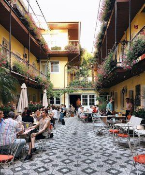 Im Innenhof des Hotel am Brillantengrund ✨sitzen, die Urlaubsstimmung 🌴 dort genießen und ...