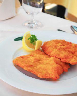 We ♥️ Wiener Schnitzel . . . #plachutta#plachuttarestaurants#wollteile#hietzing#nussdorf#innenstadt#wienerschnitzel#wienerküche#traditionell#klassiker#zitrone#vomkalb#original#genuss#lunch#dinner#weloveschnitzel#wien#vienna#austria#österreich