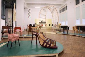 🌞 Zu heiß draußen? Wir empfehlen unser klimatisiertes Museum 💦 Führungen durch die Ausstellung BUGHOLZ, VIELSCHICHTIG. Thonet...