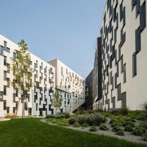 Falls ihr euch schon immer gefragt habt, woran euch die Fassade des D4-Gebäudes erinnert: Die weiß gestrichene...