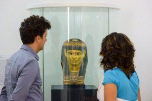 Lebendige Zeitdokumente aus dem Land der Pharaonen. All diese Totenbücher, Mumienporträts, antike Musiknoten, mehrsprachige Texte auf Papyrus...