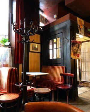 Café Hawelka, Wien | 26.6.20 | #cafehawelka #wien #cafehaus #kaffeehaus #kaffeehauskultur #klassiker #oldbutgood #dawodiezeitstillsteht #melange #verlängerter #vienna...