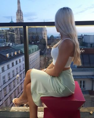 Matching the background #viennastravel #viennagram #viennacity #nightout #nightouttfit #nightoutonthetown #sky #skyline #skylovers #lameerooftop #blondeshavemorefun #blondie #summer2020 #holidays...