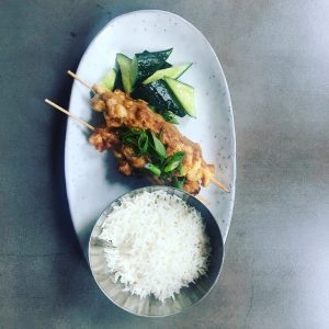 Todays Lunch 🍴 @albert___bar Hühnersatay mit Erdnuss 🥜 Sauce Gurken & Reis oder Geschmorter Karfiol Pesto Rosinen...