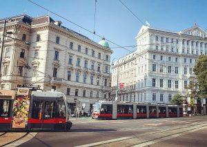 ENCOUNTER 😊 #Wien #Vienna #Ringstraße #Schwarzenbergplatz #HotelImperial #tram #streetcar #Straßenbahn #WienerLinien #SiemensULF #igwien #igvienna #lovevienna #wienliebe #mycity...