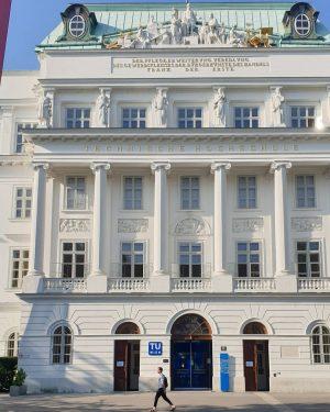 TU Wien Karlsplatz ______________ #viennanow #wienistanders #wien #vienna #tu #hochschule #universität #summerinthecity #streetphotography #streetsofvienna