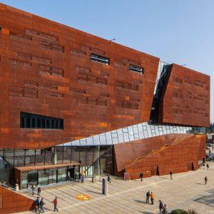 Dieser Gebäudekomplex darf im Rahmen der sommerlichen Campustour natürlich nicht fehlen: Das Teaching-Center/D1-Gebäude. Hier verbringen unsere Studierenden...
