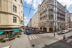 Die frühere Vorstadtstraße zieht sich heute bis zum Stephansdom in die Innere Stadt hinein. In der Wollzeile...