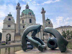 """Henry Moores """"Hill Arches"""" und Karlskirche #GenWien Karlsplatz"""