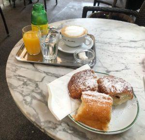Hawelka-Buchteln zum Frühstück. #GenWien Café Hawelka
