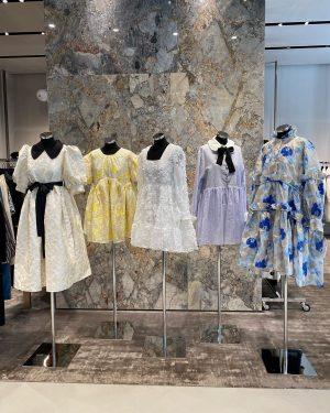 AMICIS Deuxieme: Ruffles and pearl buttons @dreamsisterjane #amicisdeuxieme #dreamsisterjane #womensfashion #dressedup #viennashopping #fashionnova #designerbrands #vienna Goldenes Quartier