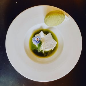 Unsere aktuelle Spezialkarte bietet natürlich auch ein extravagantes Dessert: eine herrliche Topfencreme mit Kräutermeringue, Sauerampfereis und mariniertem...