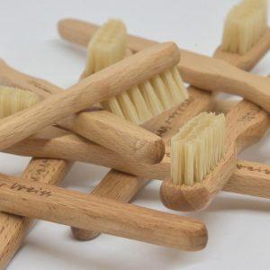 Man kann den Tag schon umweltbewusst starten und die tägliche Mundhygiene mit Holzzahnbürsten (Holzgriff, mittlere Schweineborste oder...