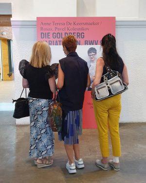 Fascinating Anne Teresa De Keersmaeker #anneteresadekeersmaeker #rosas #pavelkolesnikov #alainfranco #johannsebastianbach #goldbergvariationen #bwv988 #festwochen2020 #wienerfestwochen #reframed #goldbergvariations #museumsquartier...