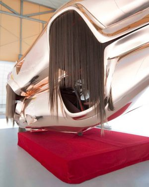 """Installation Twins. Roland Reiter Roland Reiters Installation """"Twins"""" zeigt zwei miteinander verschweißte, gold verspiegelte Lamborghini Sportwagenkarosserien im..."""