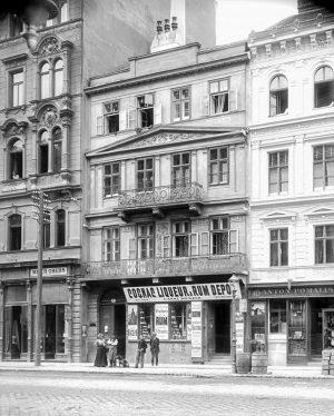 (1901/ÖNB Stauda/Wikipedia) Auerspergstraße Nr. 7 Zur kleinen Mariahilf. 1837 erbaute Carl Högl dieses biedermeierliche Wohnhaus, an dessen...