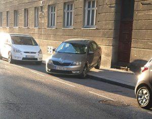 Trotz Platz am Parkstreifen, parkte ein Skoda-Lenker das Heck seines Autos auf dem ...
