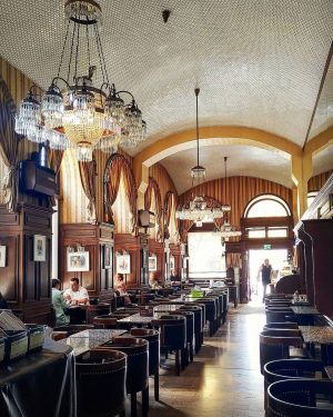 Einer der schönsten Cafés der Welt: Wiener Café. Das Café Schwarzenberg, wo der typische Stil noch gut...