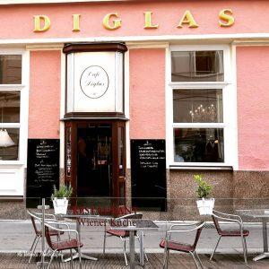 老舗カフェの1つ、Cafe Diglasは市内に4店舗展開するお食事が美味しいカフェ😍これはシュテファン寺院からすぐのWollezeile店。 ウィーン、オーストリア One of traditional Viennese Cafe, Cafe Diglas. This one is ...