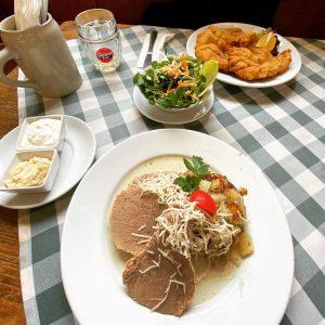 #rind #wien #naschmarkt #friends #foodtube #ilovefood #veal #schnitzel #kren #salat #traditional #foodlover #beer #potatoes #instafood Gasthaus Zur...