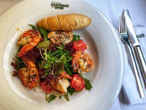 Salad with Grilled Prawns and little breads at Plachutta🍤🥗 Plachuttas Gasthaus zur Oper