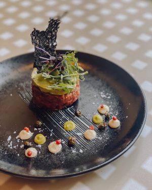 Besser kann man ein Essen kaum beginnen. Ein beliebter Klassiker: Beef Tatar mit Avocado 🥑 #beeftatar #beef...