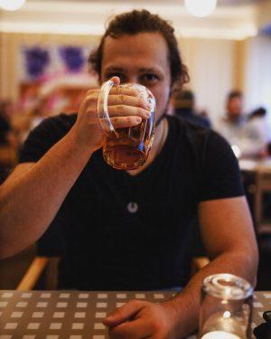 Wiener Bier im natürlichen Lebensraum eines Wiener Schnitzels. #hauptsachekeinbecks Lugeck Figlmüller Wien