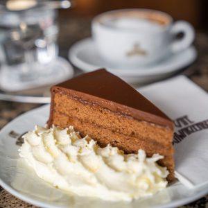 Ein Wiener Original 👍 Eine Torte, die aus dem klassischen Torten-Angebot nicht wegzudenken ist, ist die Sacher...