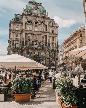 #Schanigartenliebe 🌴☕Gemütlich einen Kaffee im ❤️ Wiens und das Treiben der Stadt genießen. ...