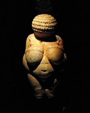 VENERE DI WILLENDORF Rinvenuta presso Willendorf in der Wachau, Austria (Paleolitico Superiore - 23.000/24.000 a.C.) Sublime idealizzazione...