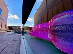 MQ ART BOX: HARD FACTS 💡550 einzelne Licht-Panele 💡40.000 einzelne Bildpunkte 💡6m lang 💡400kg auf dünnen Drahtseilen...