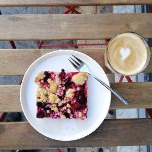 2 gute Gründe um mal wieder eine Pause zum machen: BLUEBERRY CRUMBLE & CAFE LATTE – im...