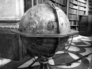 #globe #bnwphotography #bnw #vienna #travel #travelphotography #travelgram #austria Österreichische Nationalbibliothek