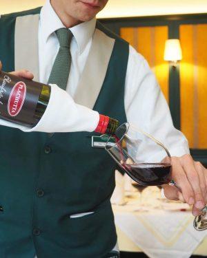 """Wir wünschen einen guten Start ins Wochenende! Vielleicht mit einem Gläschen Blaufränkisch Reserve """"Selection Plachutta""""?🍷 . ...."""