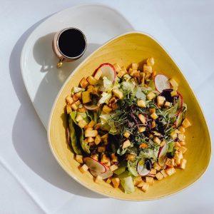 Besser kann man eine neue Woche kaum beginnen, mit unserem Grazer Häuptelsalat verfeinert mit knusprigen Erdäpfeln, Radieschen...