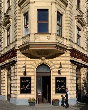 Wiener Kaffeehaus-Institution ✨ . . . . #kaffeehaus #streetphotocolor #wienliebe #meinwien #austria #wonderlustvienna #wien #basicgermanwords #vienna_austria #wienstagram...