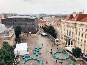 Am Dach des Leopold Museums befindet sich die schönste Kulturterrasse Wiens. Die MQ Libelle bietet bei freiem...