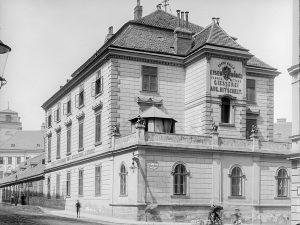 """(1905/ÖNB Stauda/Wien Wiki) Daungasse 1, Aufnahme über Eck mit Front Laudongasse 36. """"Kitschelthof, 1856-1912, Eisenmöbelfabrik Kitschelt mit..."""